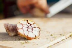 Gebackener Knoblauch auf einem choppingboard lizenzfreie stockfotos