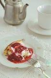 Gebackener Pudding des Hüttenkäses mit Himbeerbelag Lizenzfreie Stockfotos