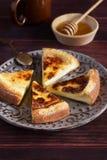 Gebackener Pudding mit Honig Stockfotografie