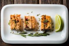 Gebackener Salmon Steak mit Kalk Lizenzfreie Stockfotografie