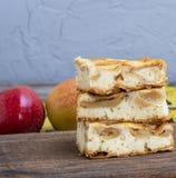 Gebackener Schwammkuchen mit Äpfeln auf dem Brett lizenzfreies stockbild