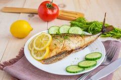 Gebackener Seefisch (Makrele) stockfotos
