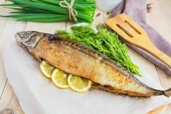 Gebackener Seefisch (Makrele) lizenzfreie stockfotos