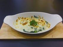 Gebackener Spinat mit Käse in der weißen Schüssel lizenzfreie stockfotografie