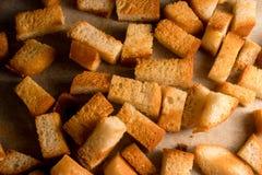 Gebackener traditioneller Imbiss der knusprigen knusperigen goldenen Croutons wie Cracker vom Weißbrot lizenzfreie stockfotografie