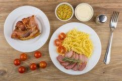 Gebackenes carbonade mit Tomaten und Teigwaren in der Platte, Majonäse, MU Lizenzfreies Stockfoto