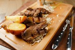 Gebackenes Fleisch mit Kartoffeln und Zwiebeln Stockfotografie