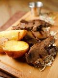Gebackenes Fleisch mit Kartoffeln und Zwiebeln Lizenzfreie Stockbilder