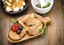 Gebackenes Fleisch mit Oliven stockfotografie