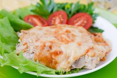 Gebackenes Fleisch mit Pilzen Lizenzfreie Stockfotos