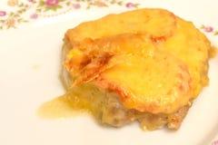 Gebackenes Fleisch mit Tomaten und Käse auf einer weißen Platte, Nahaufnahme stockfoto