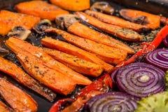 Gebackenes Gemüse auf Behälter stockfotos