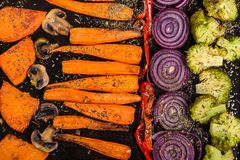 Gebackenes Gemüse auf Behälter stockfoto