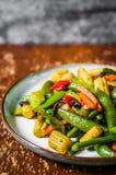 Gebackenes Gemüse auf rustikalem Hintergrund Stockfoto