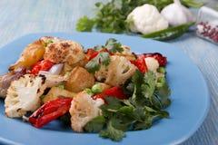 Gebackenes Gemüse des Kartoffelblumenkohlpfeffers des Ofens im rustikalen Abschluss des vegetarischen Tellers oben lizenzfreies stockbild