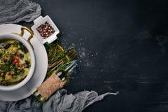 Gebackenes Gemüse mit Pilzen und Käse Auf einer hölzernen Oberfläche lizenzfreie stockfotos