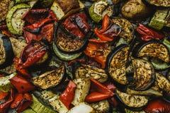 Gebackenes Gemüse: Tomaten, Auberginen, Pfeffer und Zucchini BAC lizenzfreie stockbilder