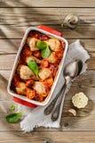 Gebackenes Huhn haftet in der Tomatensauce mit Zwiebel, Pfeffer und garl Lizenzfreie Stockfotos
