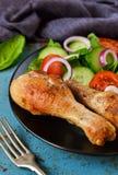 Gebackenes Huhn mit einer Beilage des Gemüsesalats auf dem alten, Querstation Stockbild