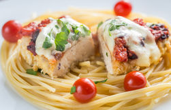Gebackenes Huhn mit Parmesankäse und Mozzarella Lizenzfreies Stockfoto