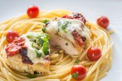 Gebackenes Huhn mit Parmesankäse und Mozzarella Stockfotos