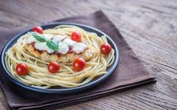 Gebackenes Huhn mit Parmesankäse und Mozzarella Stockfoto
