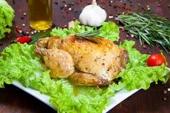 Gebackenes Huhn mit Salat Stockfotos