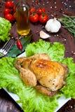 Gebackenes Huhn mit Salat Lizenzfreies Stockfoto
