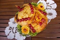 Gebackenes Huhn verziert mit Beeren Stockbild