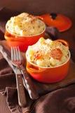 Gebackenes Makkaroni mit Käse in der orange Kasserolle Lizenzfreie Stockbilder