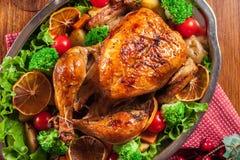 Gebackenes oder gebratenes ganzes Huhn auf Weihnachtstabelle lizenzfreies stockfoto