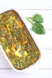 Gebackenes Omelett mit Spinat Stockfoto
