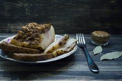 Gebackenes Schweinefett mit Gewürzen, Knoblauch und Brot Traditioneller ukrainischer Imbiss Weicher Fokus lizenzfreie stockfotografie