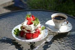 Gebakje met zoete Zweedse aardbeien Stock Foto