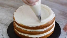 Gebakjechef-kok in de keuken die een cake verfraaien Het maken van cake met ananas het vullen stock video