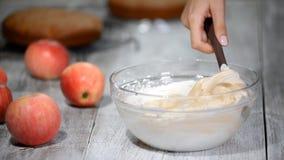 Gebakjechef-kok in de keuken die room voor cake maken stock video