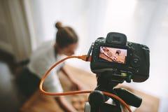 Gebakjechef-kok die een nieuwe vlog maken royalty-vrije stock foto