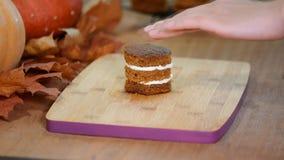 Gebakjechef-kok die minicake vullen met room Makend tot pompoen minicakes stock videobeelden