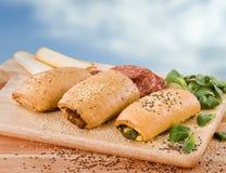 Gebakjes die met spinazie, salami en kaas worden gevuld stock foto's