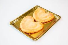 Gebakjes in een gouden dienblad op witte achtergrond royalty-vrije stock fotografie