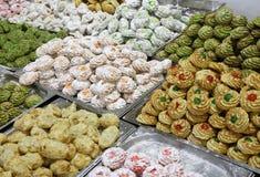 Gebakjes en koekjes met amandeldeeg en gekonfijte vrucht worden gemaakt die royalty-vrije stock afbeeldingen