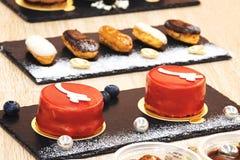 Gebakjes en zoete heerlijke desserts stock afbeelding