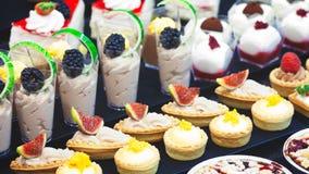 Gebakjes en zoete heerlijke desserts royalty-vrije stock foto's