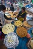 Gebakjes en zoete straatverkoper ter gelegenheid van Maghy-festival, Nepal stock afbeeldingen