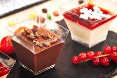 Gebakjes en zoete voedseldesserts stock afbeeldingen