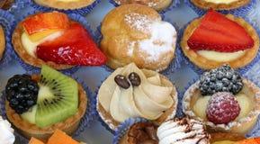 Gebakjes met fruit en room stock afbeelding