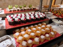 Gebakjes, gebakjes op de lijst in het restaurant Hotelbinnenland, buffetlijst, dessert, inclusief allen royalty-vrije stock afbeelding