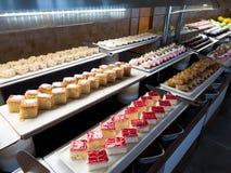 Gebakjes, gebakjes op de lijst in het restaurant Hotelbinnenland, buffetlijst, dessert, inclusief allen stock foto