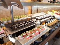 Gebakjes, gebakjes op de lijst in het restaurant Hotelbinnenland, buffetlijst, dessert, inclusief allen royalty-vrije stock foto