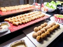 Gebakjes, gebakjes op de lijst in het restaurant Hotelbinnenland, buffetlijst, dessert, inclusief allen royalty-vrije stock fotografie